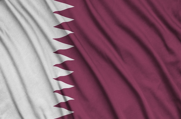 多くの折り目を持つカタールの旗。