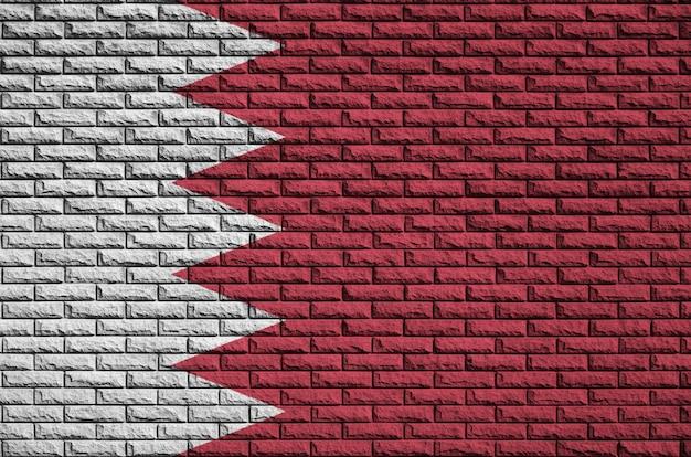 バーレーンの旗は古いレンガの壁に描かれています