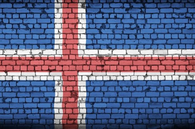 古いレンガの壁にアイスランドの国旗が描かれています