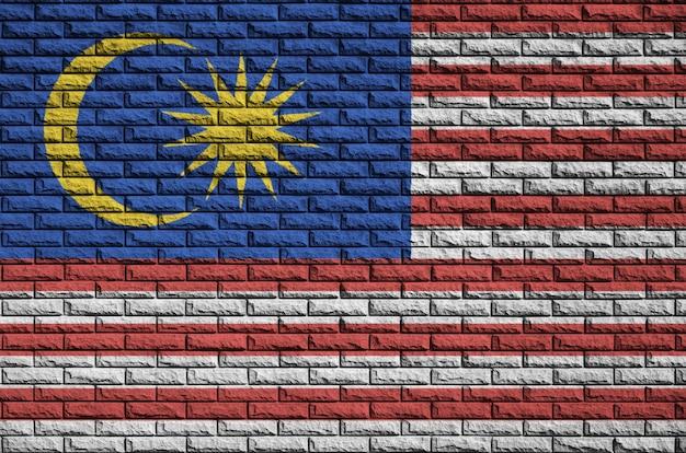 古いレンガの壁にマレーシアの国旗が描かれています