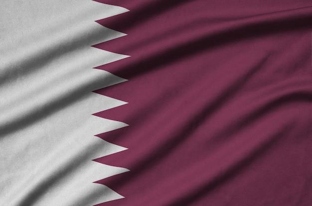 カタールの旗は、多くのひだのあるスポーツ布生地に描かれています。