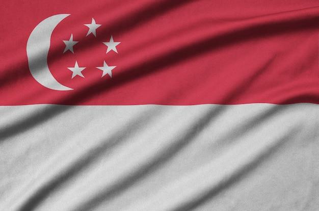 Флаг сингапура изображен на тканевой ткани со многими складками