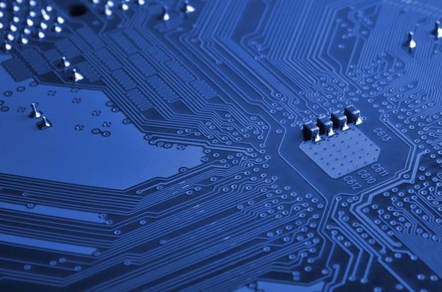 青いマイクロ回路基板のクローズアップ