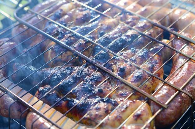 バーベキューで肉を調理する
