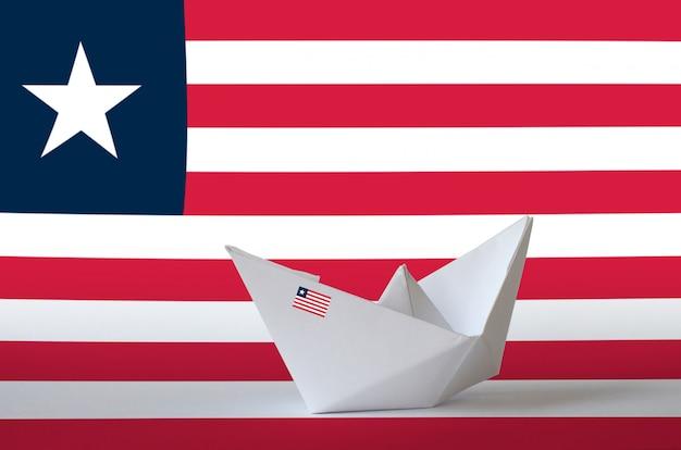 紙折り紙船のクローズアップに描かれたリベリアの国旗。手作りのアートコンセプト