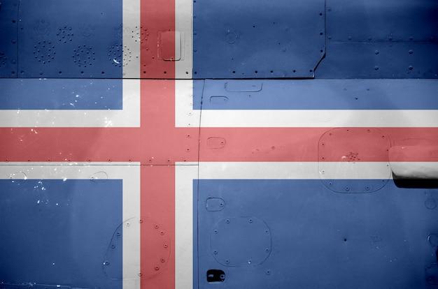 軍用装甲ヘリコプターのクローズアップの側面に描かれたアイスランドの旗。