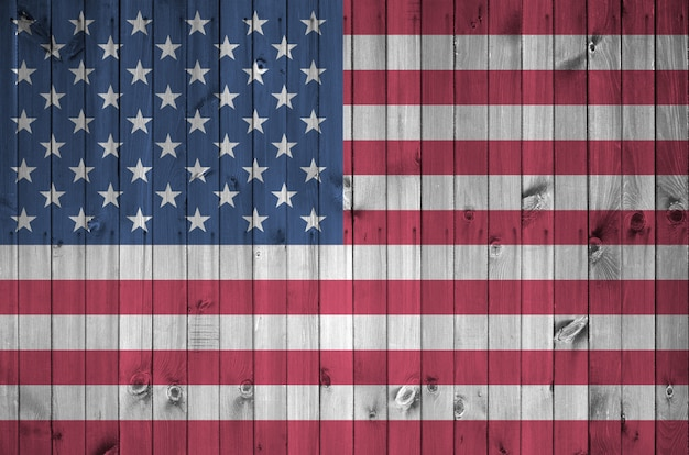 Флаг соединенных штатов америки изображен в яркие краски цвета на старые деревянные стены.