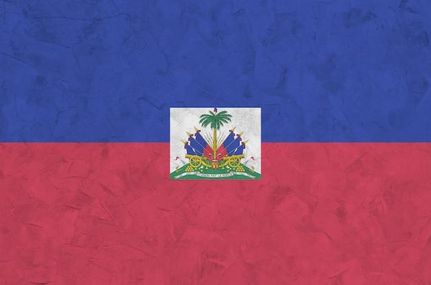 古い救済左官壁に明るいペンキ色で描かれたハイチの国旗。大まかな背景に織り目加工のバナー