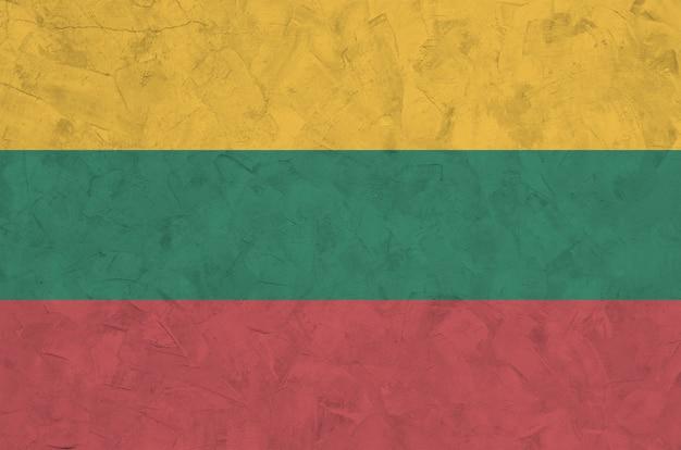 古い救済左官壁に明るいペンキ色で描かれたリトアニアの旗。大まかな背景に織り目加工のバナー