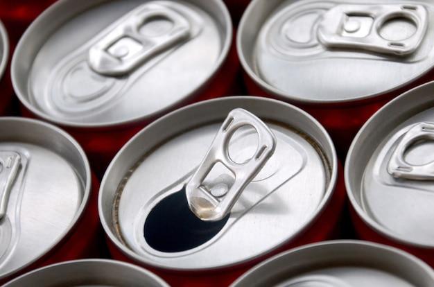 Много алюминиевых банок для газированных напитков. реклама для газированных напитков или консервных банок массового производства
