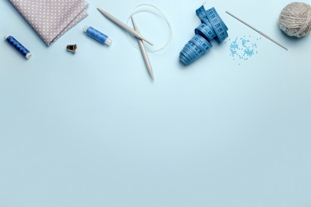 青色の背景、上面にミシンアクセサリーのセット