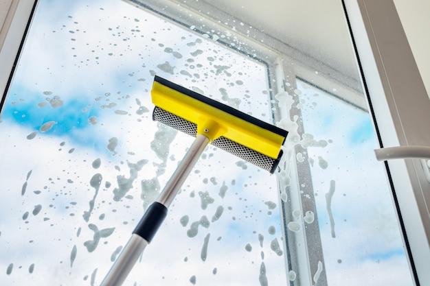 窓を洗ってください。青い空と白い雲。