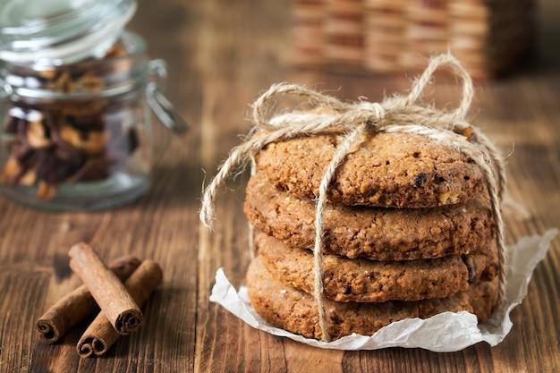 Печенье арахисового масла с корицей на деревянном столе