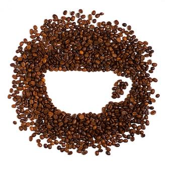 Жареные кофейные зерна на белом. пространство для текста в форме кофейной чашки