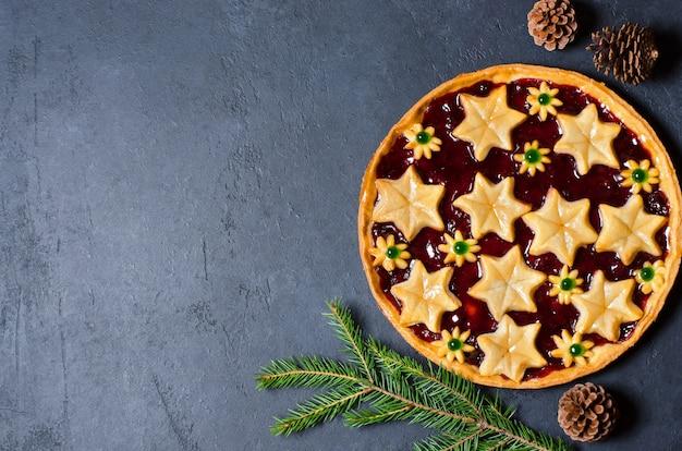 Рождественский домашний сладкий пирог с вареньем на темном фоне