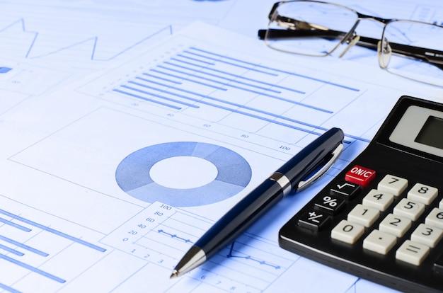 ビジネス分析、グラフ、チャート。紙の上の模式図。マネージャーの職場
