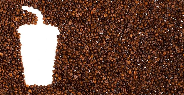 Фон из жареных кофейных зерен. пространство для текста в виде кофейной пластиковой чашки
