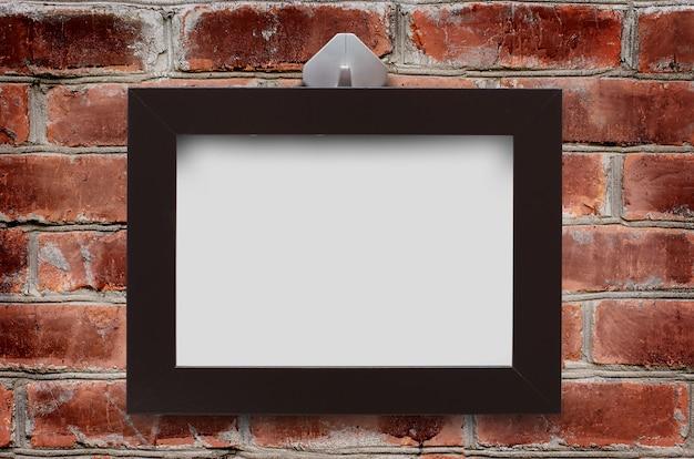 茶色のレンガの壁に木枠が掛かっている