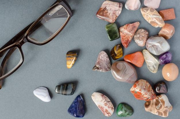 Коллекция драгоценных камней на сером фоне