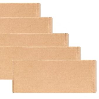 Картонные коробки одинаково расположены в ряд по диагонали. изолированные на белом.