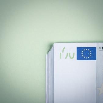 緑のテーブルにユーロの現金。ユーロマネー紙幣。ユーロマネー。ユーロ紙幣。