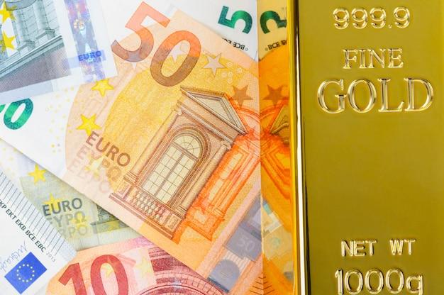 ユーロの現金と金の延べ棒。紙幣。お金。ビル。インゴット。地金。