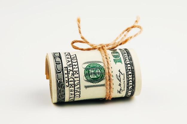 Изолированные рулон долларов.