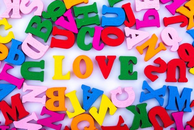Слово любовь из букв алфавита, изолированных на белом фоне