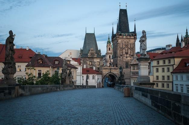 プラハ、カレル橋、夜明け、彫刻、魅力の歴史。