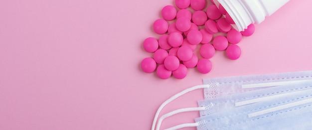 医療用マスク外科用保護ウイルス、インフルエンザ、病気、薬。ピンクの背景に分離されました。