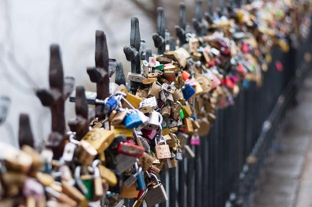 チェコ共和国プラハは、橋の手すりに固定されている、美しい景色。