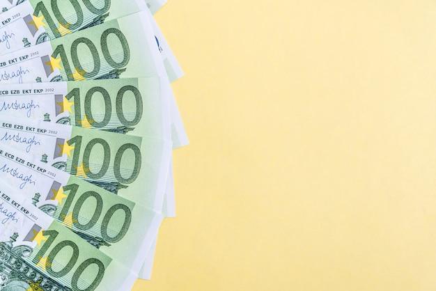 ユーロマネー。ユーロ現金黄色の背景。ユーロマネー紙幣。