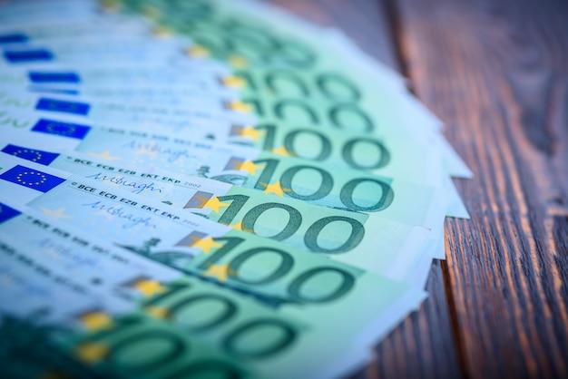 暗い背景の木のユーロ現金紙幣。