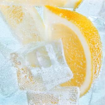 レモンと氷のスライスで飲みます。ソーダカクテルトニック。