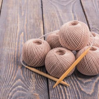 Шарики из пряжи и спицы для вязания по дереву.