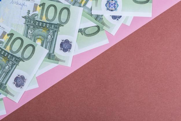 ピンクと茶色の背景にユーロの現金