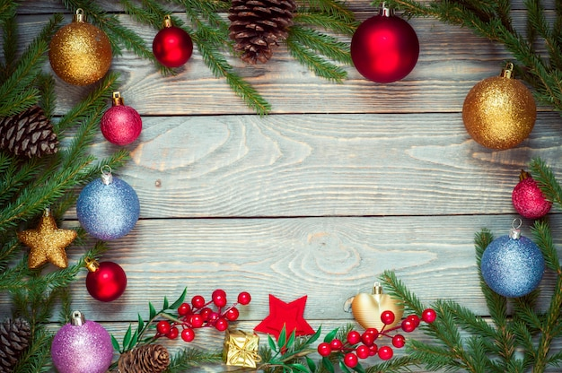 木の板に装飾が施されたクリスマスツリー。クリスマスのおもちゃ。新年。