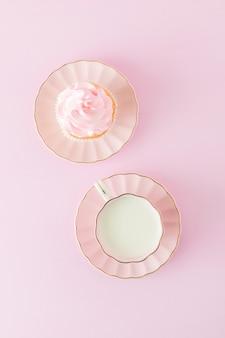 装飾カップケーキ、ミルクとコーヒーのカップとピンクのパステル垂直バナー