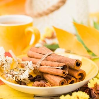 白い木のシナモンとコーヒーのカップと秋のバナー