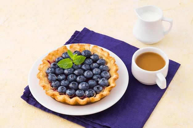 Черничный пирог из безглютеновой муки без сахарного джема и свежих спелых ягод.