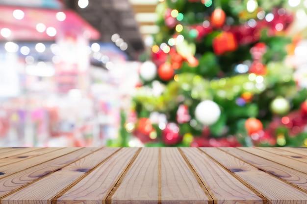 パースペクティブ空の木製のテーブルとクリスマスツリー飾りの背景、製品のために
