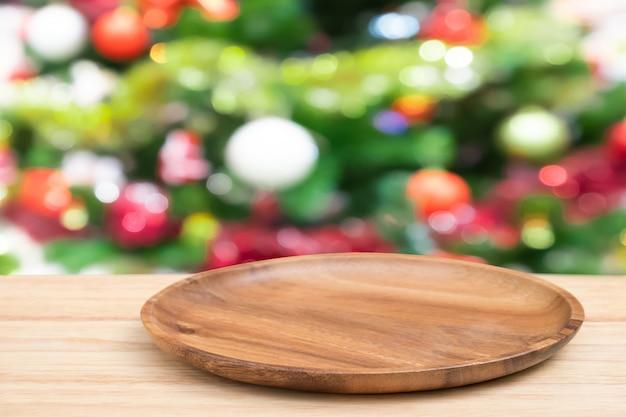 パースペクティブ空の木製トレイのテーブルとクリスマスツリー飾りの背景、