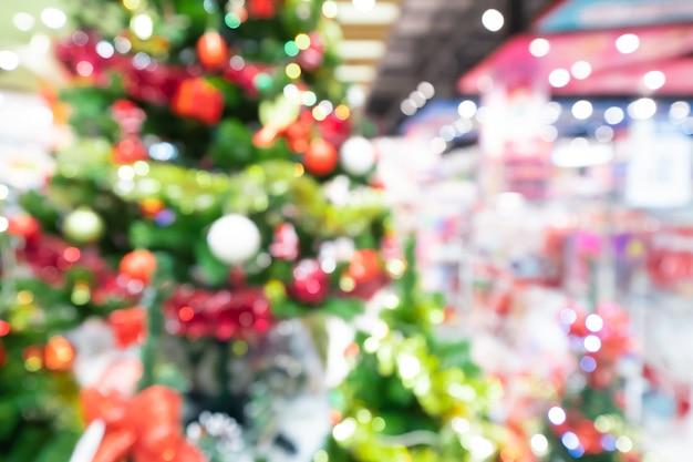 ショッピングモールでのクリスマスツリーの背景のぼかし。