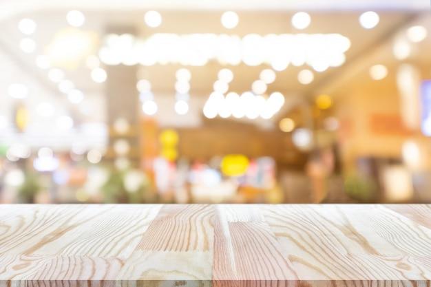 曇りのコーヒーショップの背景の上に上の視点空の木製のテーブルは、モックを使用することができます
