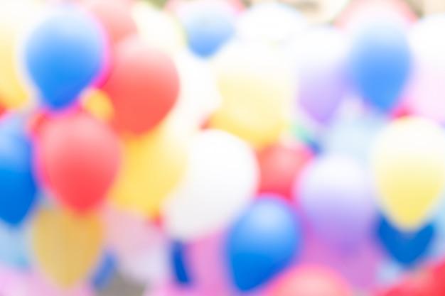 カラフルなパーティー風船を背景にぼかし