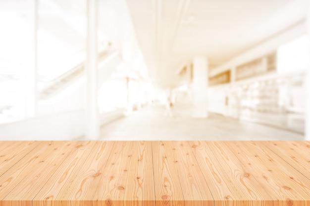 コーヒーショップ、カフェ、バーの背景がぼやけて空の木製テーブルトップ