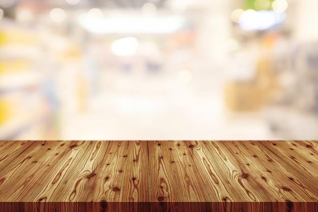 デパートのぼやけと空の木製テーブルトップ