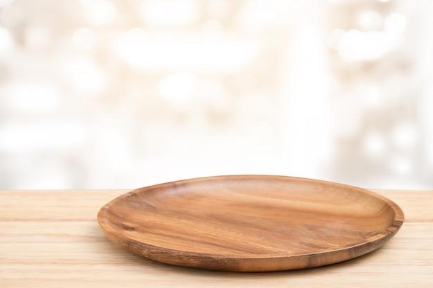 視点の木製テーブルと木製のトレイの上にぼかしボケ明るい背景