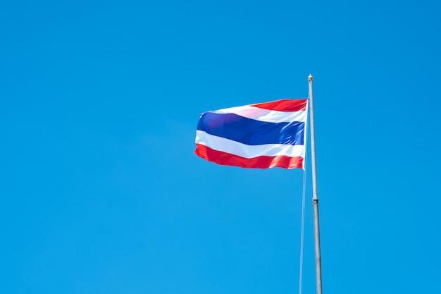 美しい青い空と風になびかせてタイ国旗。