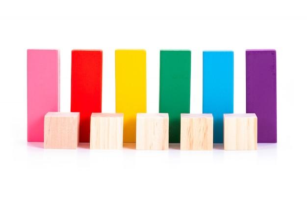 空の木製ブロックと白地にカラフルな木製ブロック